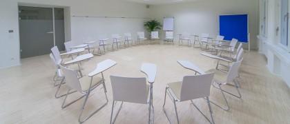 Seminarraum 3 - Sesselkreis mit Schreibtablaren
