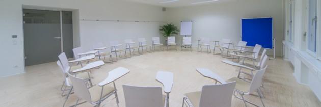 Sesselkreis mit Schreibtablaren